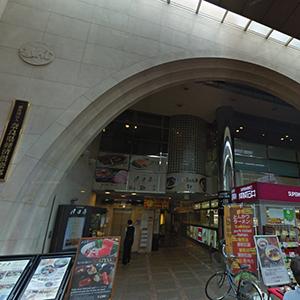 少し進むと、左手にアーチ状の入口が見えます。こちらが奈良県経済会館のビルです。エレベーターで4階まで上がっていただき、廊下の奥の部屋までお越しください。